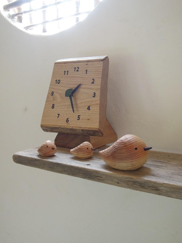 森の掛け時計とスギノトリ親子 ユリイカ