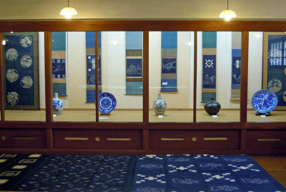 伊予絣の展示と四国の陶磁器展